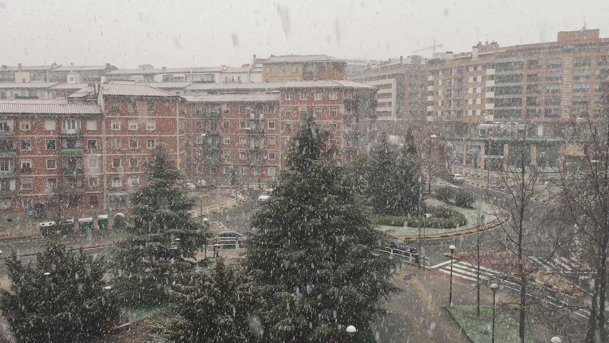 Así nieva ahora en #Pamplona @tiempobrasero https://t.co/19m1Yva4U8