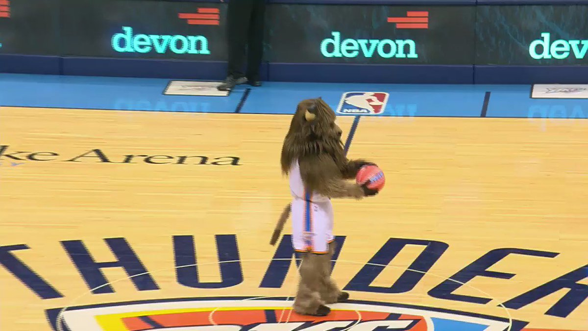 Who says you can't make a backward half-court shot when you have a stomach full of pie? #NotThisBison https://t.co/qPon4r72Xs