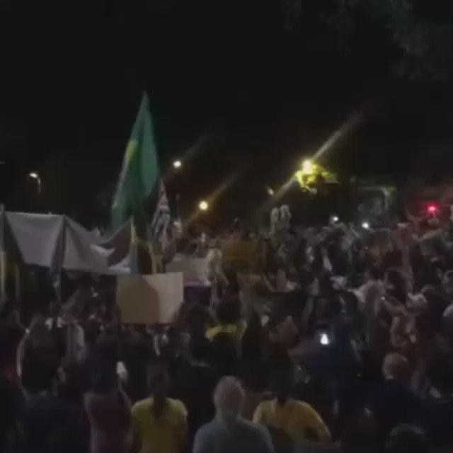 O juiz Sérgio Moro é aclamado pelo povo, que toma a região da Av. Paulista, em São Paulo. #Renuncia #foraDilma https://t.co/TkXTdwRO2f