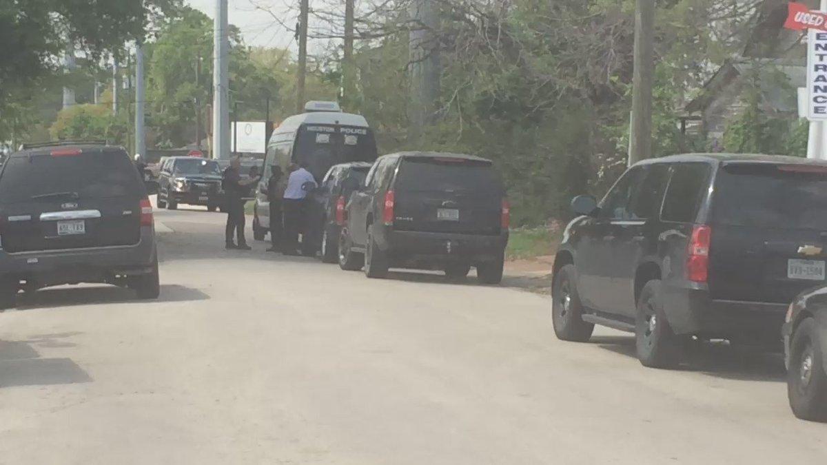 Equipo de tácticas especiales busca a sospechoso en el area de #theheights #hounews #swattsituation +@TelemundoHou https://t.co/lwbCAFpnYP