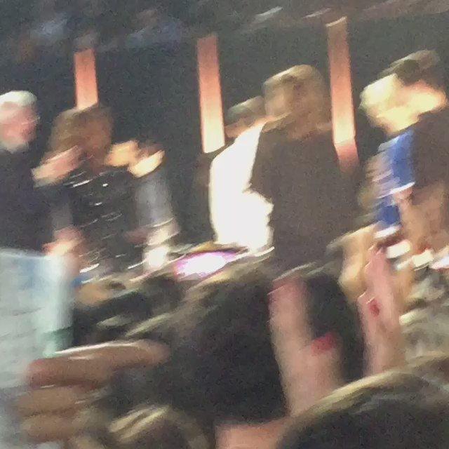 ❤️ @selenagomez giving @justinbieber a standing ovation tonight! https://t.co/BHkoJ4U0rq