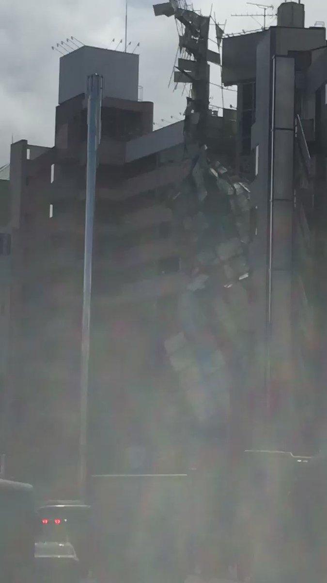 聖蹟桜ヶ丘のビル工事現場、強風で崩落しちゃった…。 pic.twitter.com/jfqKo1otCq