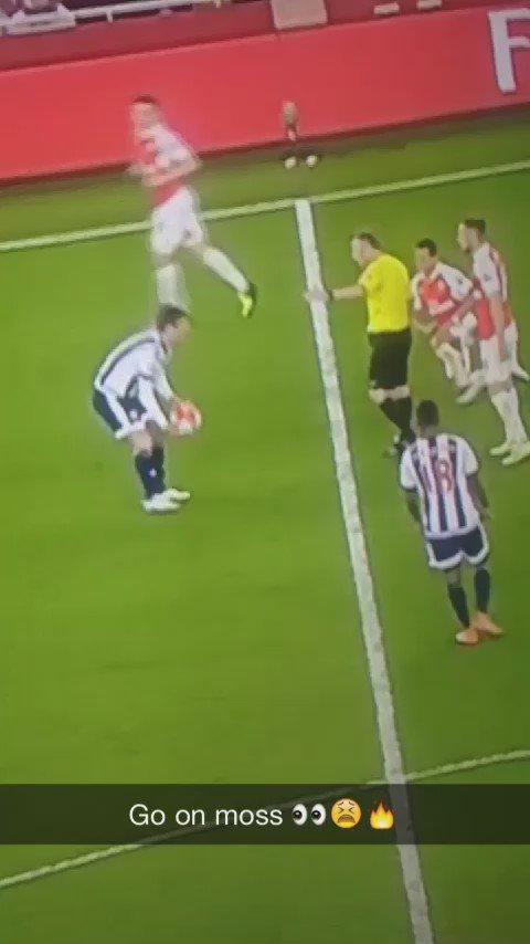 RT @EPLBible: Referee Jon Moss nutmegging Alexis Sanchez is brilliant... https://t.co/jWL0SxPpwV
