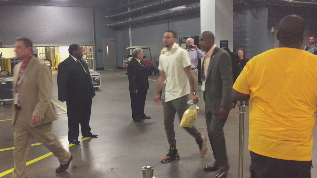 Steph limping to team bus.  Then stopped to pray with family. https://t.co/l4qxa7hBxJ