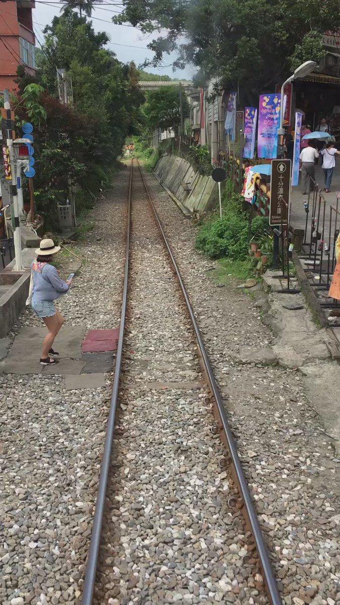 みんなそれぞれやりたいことやってるのが何度見ても面白い。 #台灣 #十分 https://t.co/StN7L4nZ09