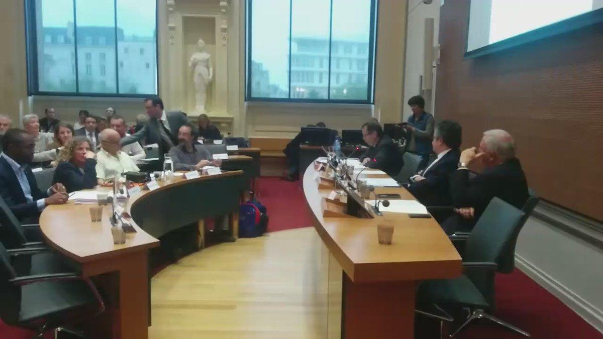 #Nuitdebout fait irruption au conseil municipal de #poitiers. Impossible pour F.Chalard de présenter sa delib https://t.co/GZwwQB0h2X