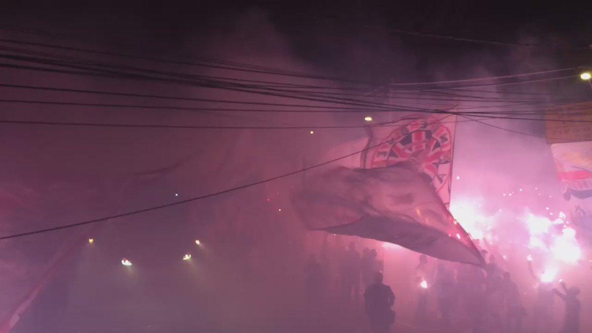 A baita festa da torcida do São Paulo na chegada do ônibus vista de cima #trmorumbi https://t.co/r5v2P3h9Vg