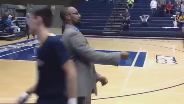 バスケの試合前コーチと選手信頼関係の確認作業 pic.twitter.com/wU6ttzBkB1