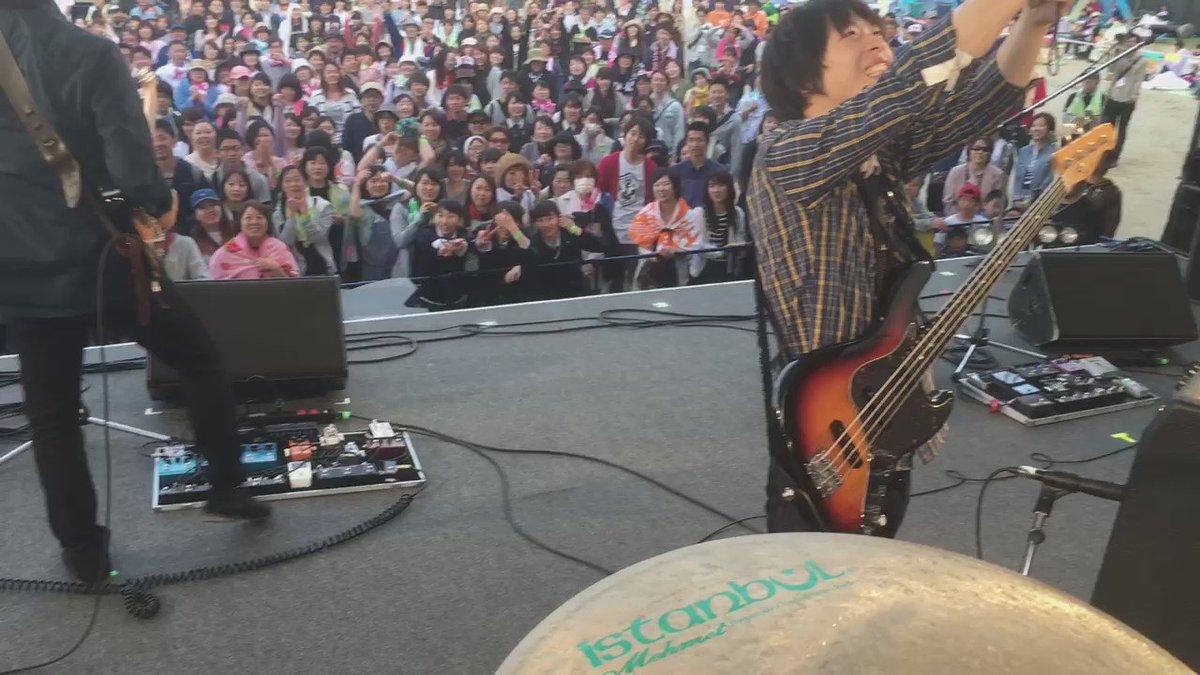 ライブ最後に記念撮影をする岡田くんを更に撮ってみる。 今日も楽しかった。ライブ慣れてない人も、最後の方には皆笑顔で手挙げてたり歌ってたり。 こういうの最高だよね。 https://t.co/FhMNDwc4Pl