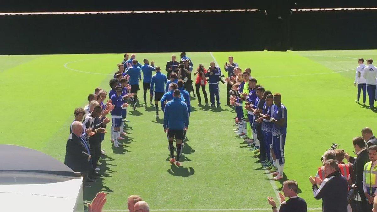 Un año después de ganar la Premier, el Chelsea hace el pasillo al campeón, Leicester City, y a Claudio Ranieri. https://t.co/pNYv4DxEDT