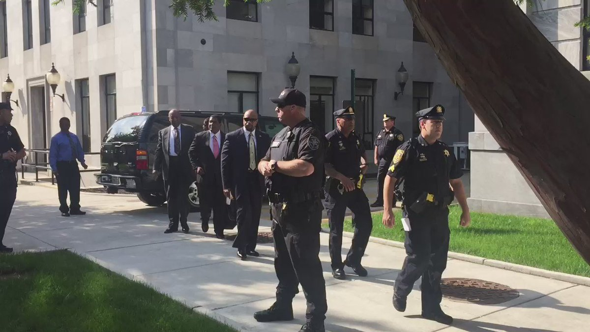 Cheers as .@BillCosby arrives for evidentiary hearing re: criminal case. Accuser Andrea Constand could show too