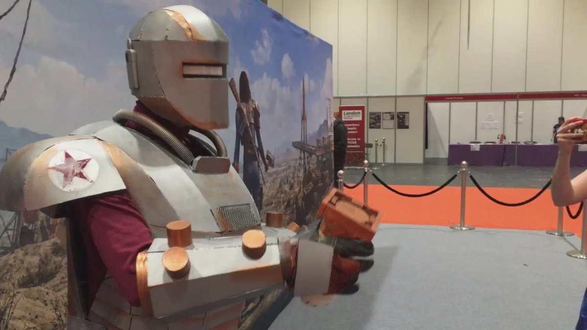 Liberty Prime has just been activated. @Fallout @MCMComicCon https://t.co/N4YpLXSxNs