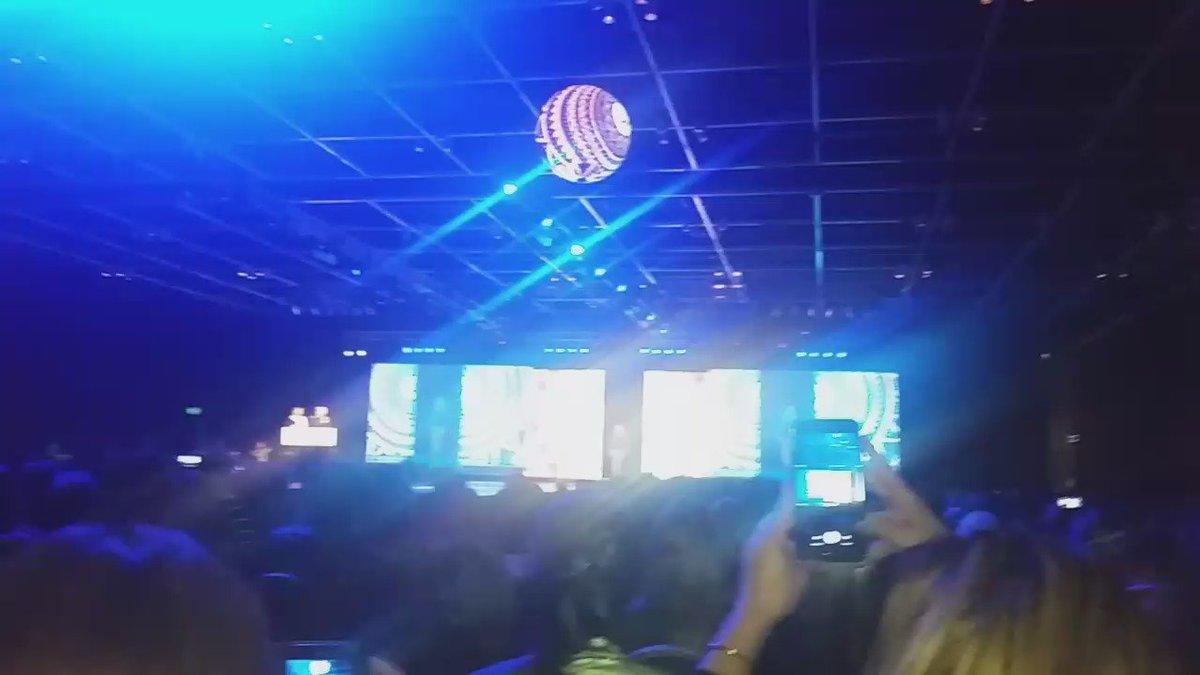 super diosa @cokiramirez cantando en el #ModaCoiffure2016 @silkeymundial