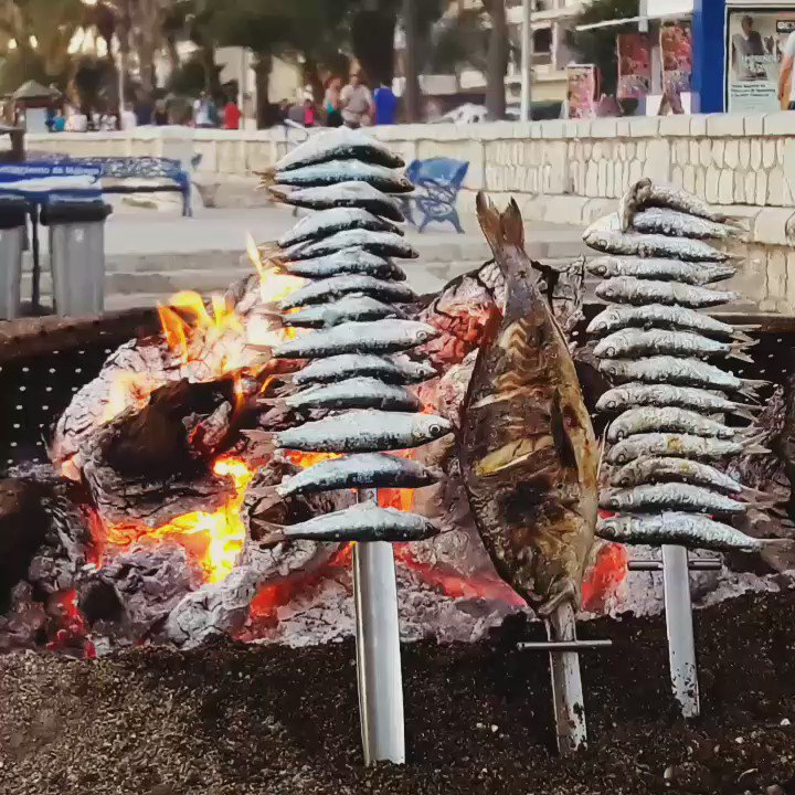 Just in time for the weekend! RT @MalagaTrips: Mmm! Espeto de Sardinas! Typical Spanish Food in #malaga #beach https://t.co/47H6HhgtFX