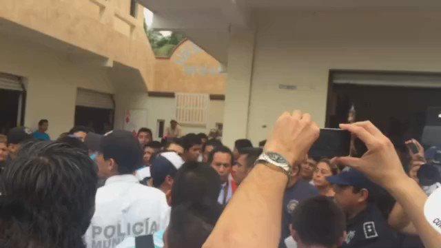 Disturbios en Pto. Morelos debido a supuestas compra de votos. IEQROO confirmó boletas de encuestas permitidas. https://t.co/td1sdH3m3x