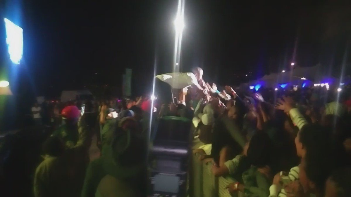This had me, we lost @CassperNyovest in the crowd but he didn't stop performing #YHHF2016 https://t.co/WrEqQTs2ju