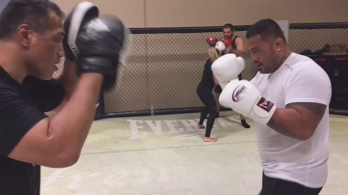 @markhunt1974 shaking of the jet lag from a long flight, it's an honor to hold mitts for this Great Fighter/uso!! https://t.co/WbzZY88K5l