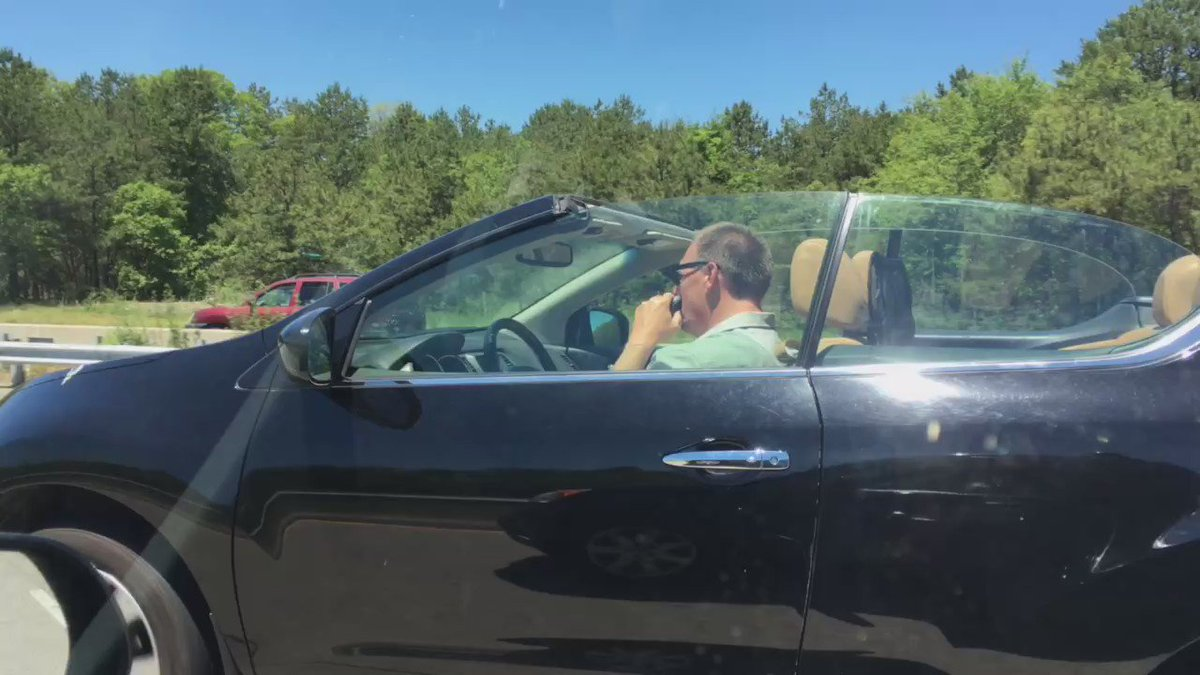 Shout out to this guy in a Murano convertible who is driving and shaving on Sunrise Highway right now. https://t.co/Fv2TtDUyJa