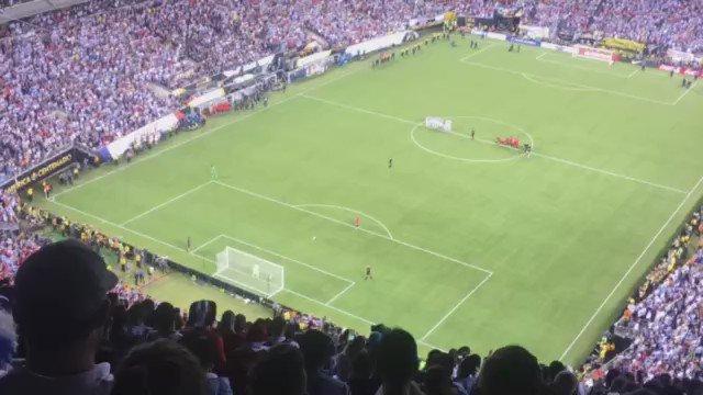 """¡El penal del """"Gato"""" Silva desató la locura de los chilenos en las alturas del @MLStadium! ¡Chile campeooooón! https://t.co/glXG6jBSwz"""