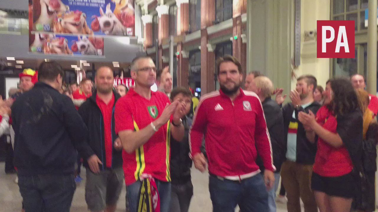 RT @adbritton: Nice touch: #bel fans giving their #wal counterparts a guard of honour at Lille train station #EURO2016 https://t.co/go7j65S…