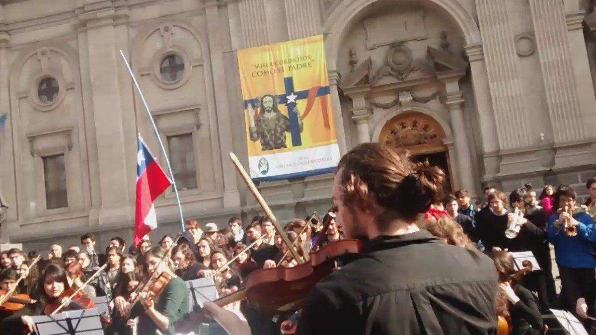 #HimnoDelTerror en Plaza de Armas, todos cantan este Chile de la desigualdad, el Chile que queremos cambiar! https://t.co/qQlQ2qvPsw