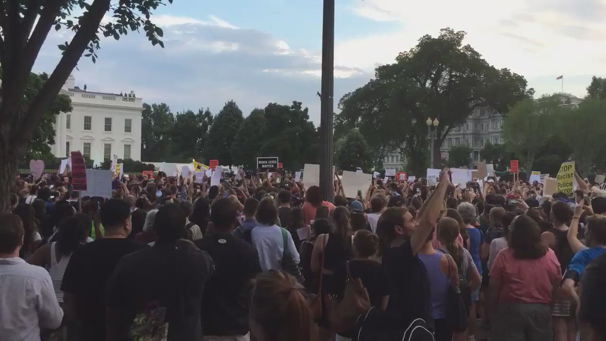 A crowd has formed outside the White House to protest two recent shootings of black men by police officers. https://t.co/lde9be1gIu