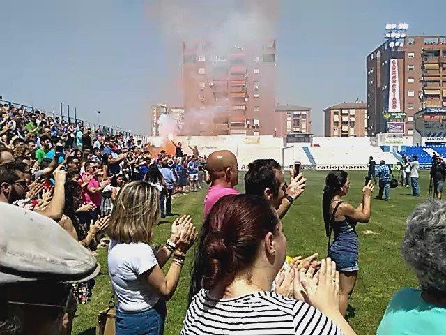 Linarejos puesto en pie para homenajear a una leyenda del @Linares_Dptvo Fran Carles https://t.co/j6SKQKIVtF