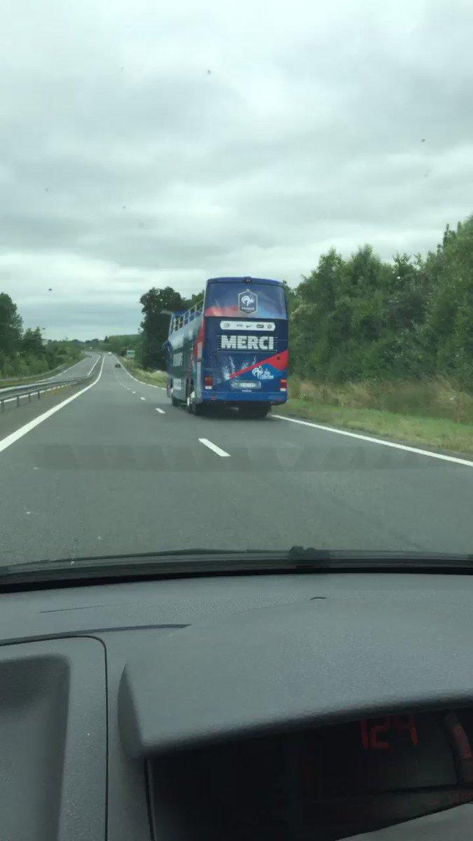 le bus imp rial de l 39 equipe de france sur autoroute fra hugolgrnd. Black Bedroom Furniture Sets. Home Design Ideas