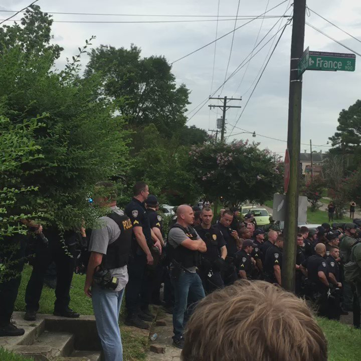 Baton Rouge police in gas masks & riot gear telling protesters they will be arrested shortly for standing in street https://t.co/m0ZyKy47br