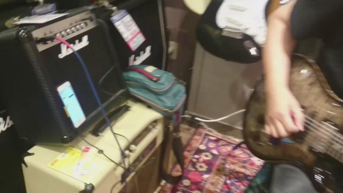 時間潰しにイシバシ楽器  心斎橋店さんに寄って、Marshall MG15CFXていう15wのアンプにiPhone繋いで曲に合わせて弾いてみた!ギターもお店にあったやつ^_^ 小さいけどしっかりMarshallしてます(^O^)/ https://t.co/0qIueDuqw9