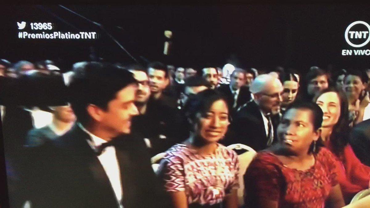 Presentador interactúa con el equipo de #Ixcanul  en #PremiosPlatinoTNT https://t.co/2NFyfn1wbA