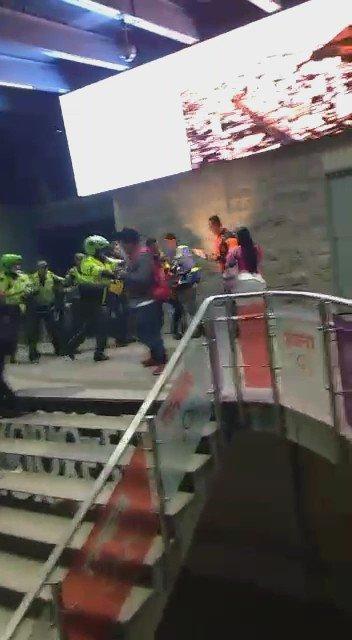 Así fue la agresión de la Policía  contra el equipo de El Noctámbulo @Citytv #abusodeautoridad https://t.co/p6eonGb4bH
