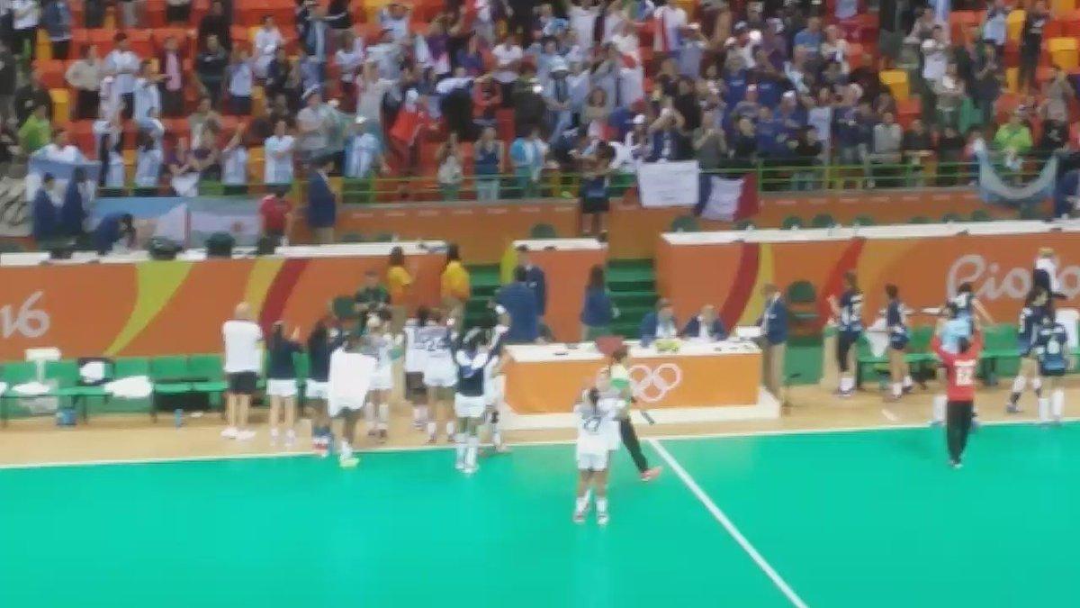 #Handball Francia, después de vencer a La Garra,  se quedó bailando con la hinchada argentina #Rio2016EnTyC https://t.co/cXe8T5FseG
