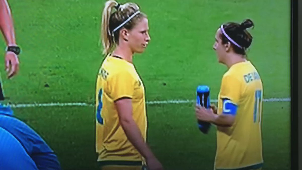 Brilliant interception by Elise Kellond-Knight here. Shows @lisadevanna11 how it's done. @TheMatildas #BRAvAUS https://t.co/Ko6dHqCnPi