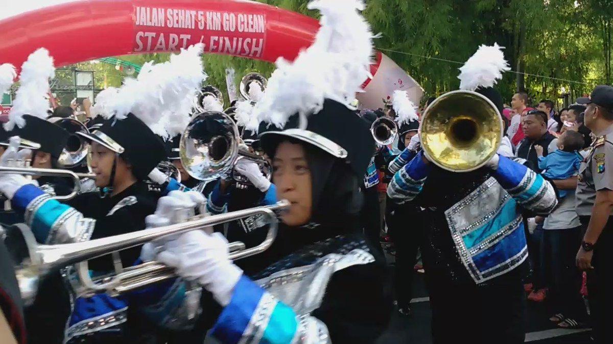 Terereet terereeet..  dumbabdumtas. Drumband meriahkan start jalans sehat #BUMNHadirUntukNegeriRek  Telkom https://t.co/0LEIF1g8Tm