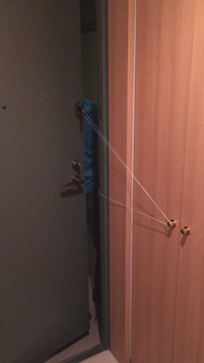 友達が、教授んち遊びに来て教授が寝たあとほったらかして帰るとき鍵開けっぱなしで不用心だからって、家主が先に寝ても安心して鍵かけて帰る方法を編み出してくれたのだけど、これコナンの完全犯罪のやつや! https://t.co/CWPc8kACk6
