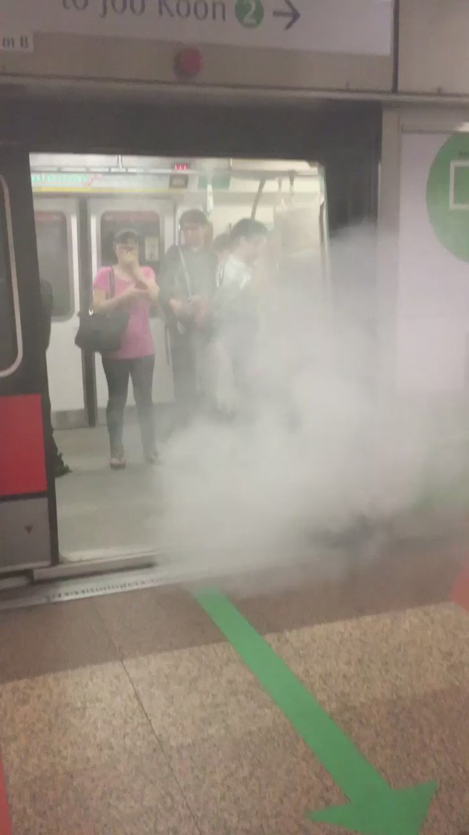 Huge plumes of smoke out from the train that pulled into Tanjong  pagar mrt station! https://t.co/MCncDJVSkD