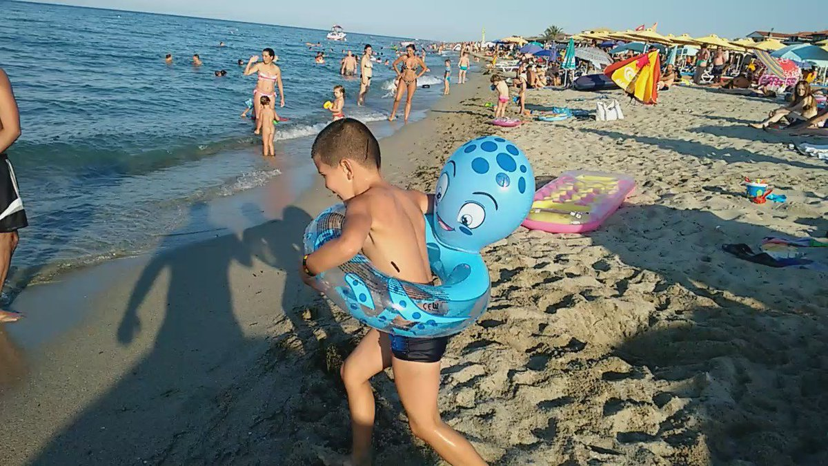 Ovo je viralno. Prvi skok u vodu mog sina https://t.co/sZf2w3kdVl