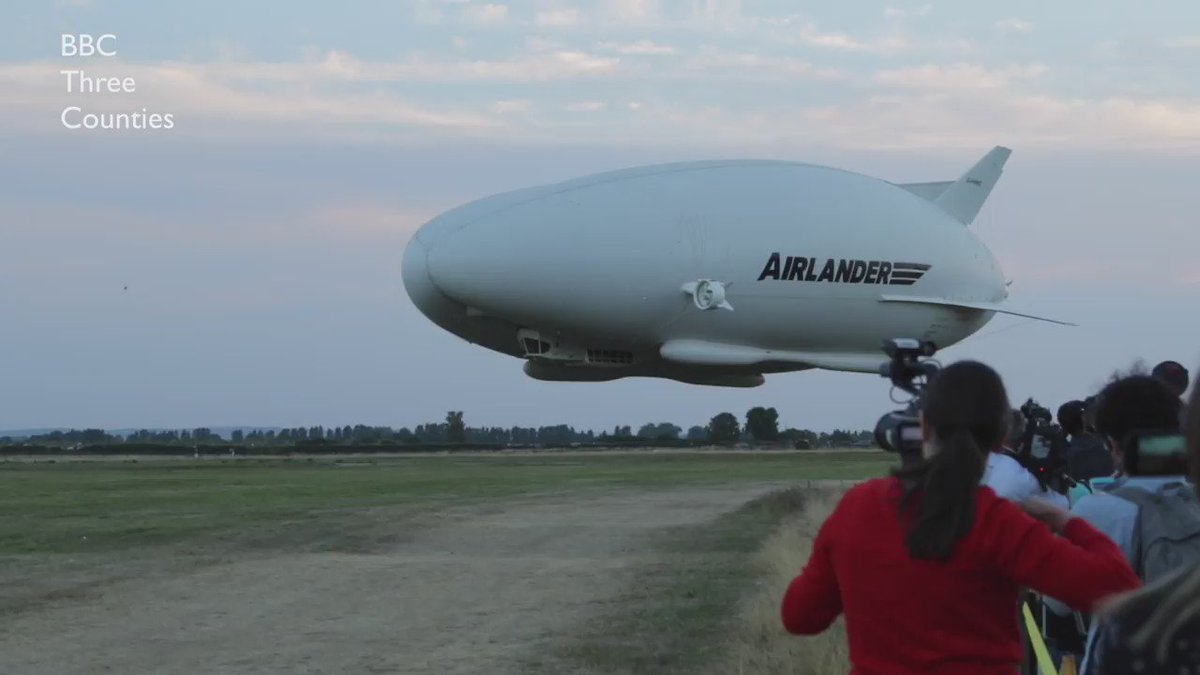 WATCH: @AirVehicles #Airlander 10 returns from her maiden voyage in Bedfordshire. https://t.co/SjkDifLULI