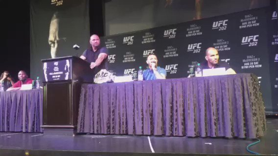 Chaotic sudden end to #ufc202 presser as @NateDiaz209 walks out, bottles thrown between @TheNotoriousMMA & Diaz camp https://t.co/iRR9F6fnPk