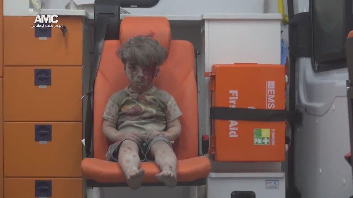 Kınasın şimdi tüm dünya, sıraya girsinler! Hoşgörü kussun medeni devletler. Halep'te enkaz altından çıkan bir masum https://t.co/5uYrAS568J