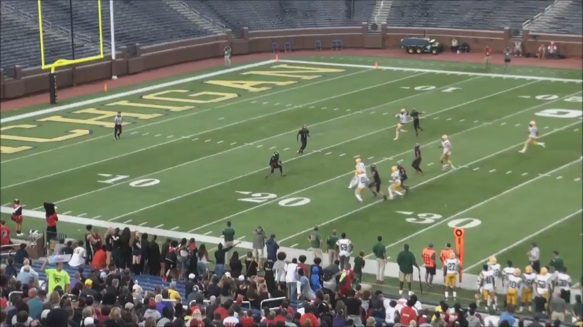 From earlier, one of the best pays of the weekend Keenan Williamson's punt return for East Kentwood. @kwill_3 https://t.co/Kyb8G6rsPj