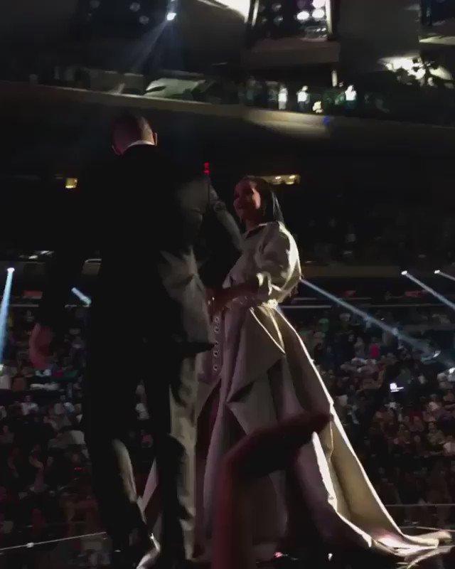 O que a câmera não mostra a internet explana! TEVE BEIJO SIM da #Rihanna com o #Drake