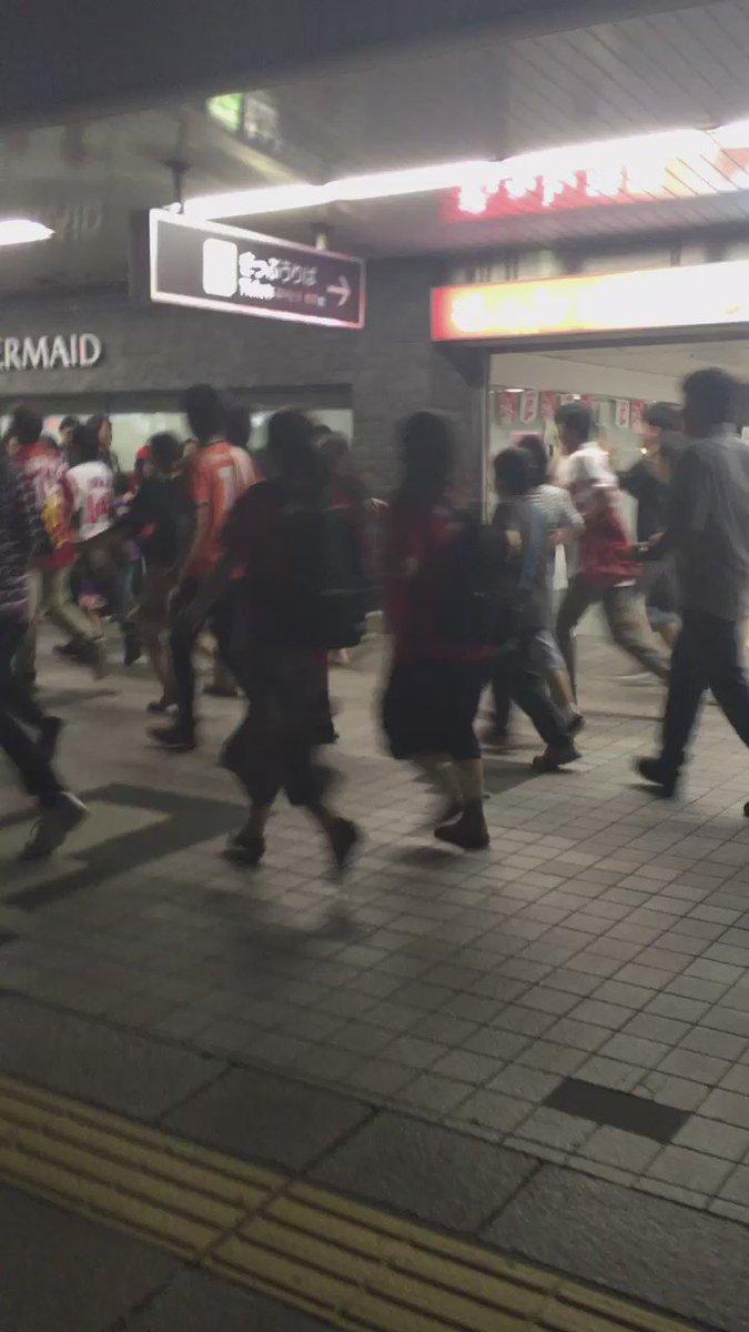号外に群がる人々 https://t.co/ogkEW8TLHM