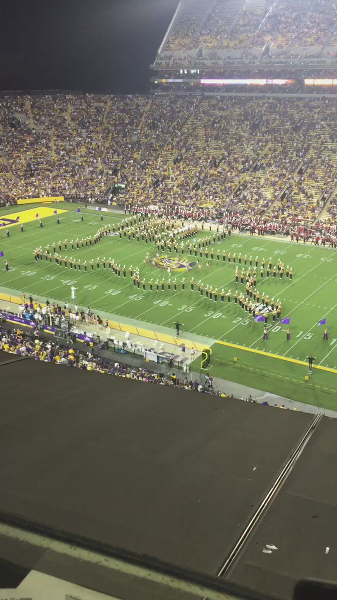 Amazing halftime performance by the LSU band dedicated to LA flood victims. #BRstrong #LSU https://t.co/qS6feejGne