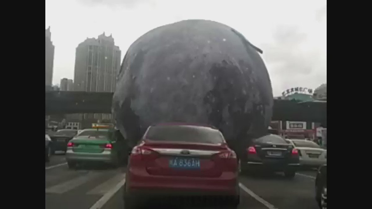 Big moon balloon is blown away by strong winds of Typhoon Meranti in Fuzhou, China (via @steve0george) https://t.co/HX14hQEKwY