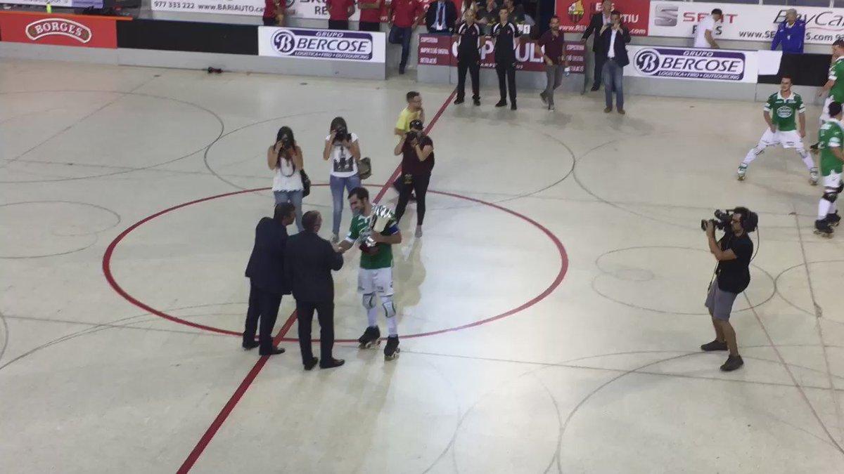 #SupercopaOK | Los jugadores del @HockeyclubLICEO celebran el título conseguido https://t.co/VMmeWkBq5x