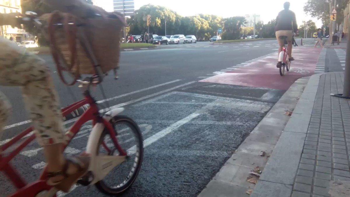 Conductors recordeu que a la #catifavermella la #biciBCN té prioritat de pas https://t.co/muHKO6hDxR