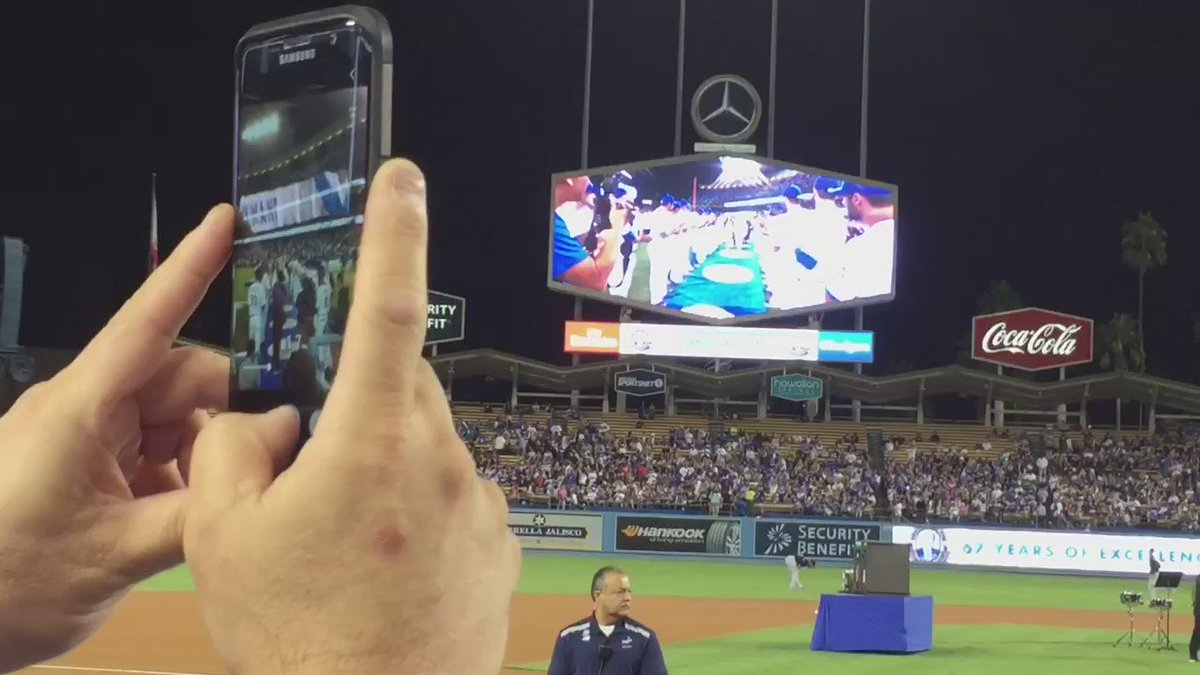 Vin Scully leaves to a standing ovation!   #abc7eyewitness  #VIN https://t.co/9C3gDxF029