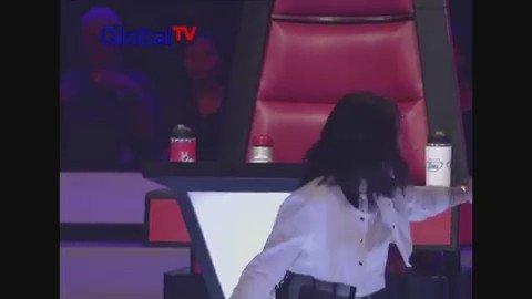 When @musiktulus begs @AgnezMo to sing the high notes on Karena Ku Sanggup